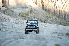 Pinatubo的2月18,2018游人在一辆四轮驱动的汽车, Capas游览 库存图片