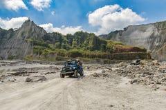 Pinatubo的2月18,2018游人在一辆四轮驱动的汽车, Capas游览 免版税图库摄影
