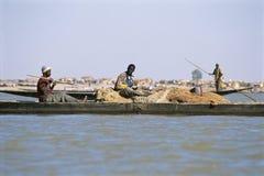 Pinaza africana del pescador que navega el río Niger Imagenes de archivo