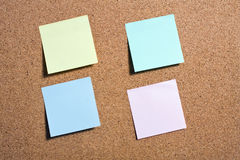 Pinboard с примечаниями на ем. Стоковое Изображение RF