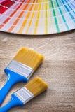 Pincéis coloridos do fã do pantone em de madeira Fotos de Stock