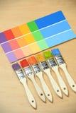 Pincéis com as amostras da cor da pintura Imagem de Stock