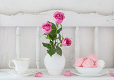 Pinc roses in vase and dinnerware Royalty Free Stock Photography
