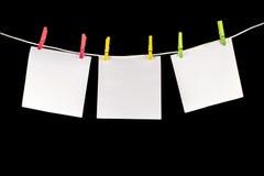 Pince à linge avec des papiers Image stock