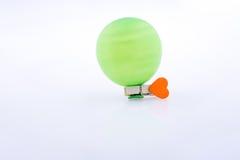 Pince à linge avec un coeur et un ballon Image stock