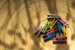 Pince à linge en bois colorée image stock