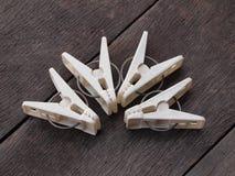 Pince à linge sur les planches en bois Photo stock