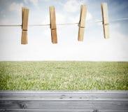 Pince à linge sur une ligne de blanchisserie dehors au-dessus des conseils en bois images libres de droits