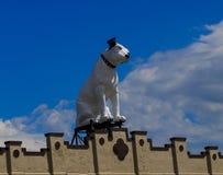 Pince le chien et son victrola placé sur l'ancienne aube de bâtiment de RCA Photographie stock libre de droits