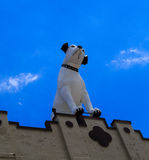 Pince le chien et son victrola placé sur l'ancienne aube de bâtiment de RCA Photos libres de droits