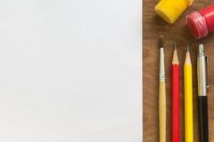 Pinceau, aquarelle, crayon, stylo avec le livre blanc sur la table en bois, concept créatif Photo stock