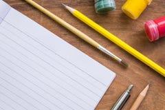 Pinceau, aquarelle, crayon, stylo avec le livre blanc sur la table en bois, concept créatif Photo libre de droits