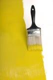 Pinceau avec la peinture jaune Images stock