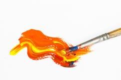 Pinceau avec la peinture orange images libres de droits