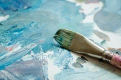 Pinceau d'artiste sur la palette en bois images libres de droits