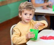 Pinceau de lavage de Little Boy en verre Image libre de droits