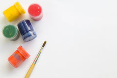 Pinceau et aquarelle sur le livre blanc, l'espace de fonctionnement pour le message textuel Photographie stock libre de droits