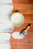Pinceau et cuvette de couleur blanche de revêtement Images stock