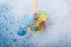 Pinceau placé sur le dessus du globe Images libres de droits