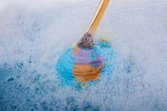 Pinceau placé sur le dessus du globe Image stock