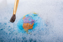 Pinceau placé sur le dessus du globe Image libre de droits