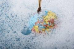 Pinceau placé sur le dessus du globe Photographie stock libre de droits
