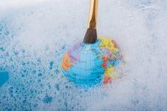 Pinceau placé sur le dessus du globe Images stock