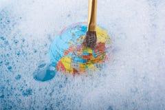 Pinceau placé sur le dessus du globe Photo stock
