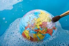 Pinceau placé sur le dessus du globe Photo libre de droits