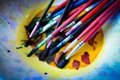 Pinceau sur la cuvette peinte Photographie stock