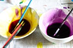 Pinceau sur la cuvette peinte Image libre de droits