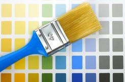 Pinceau sur la palette de couleur Photographie stock libre de droits