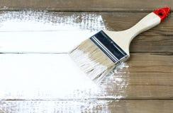 Pinceau sur une surface en bois peinte, fond, l'espace de copie photo libre de droits