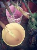 Pinceau utilisé avec différents pots de couleur Photo libre de droits
