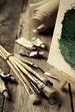 Pinceaux artistiques, tubes de peinture à l'huile et chevalet Images stock