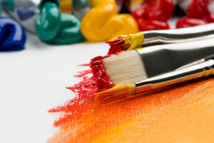 Pinceaux avec des peintures Image stock