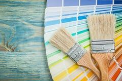 Pinceaux colorés multi d'échantillonneur de couleur sur le constr de conseil en bois Images libres de droits