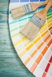 Pinceaux colorés multi de fan de pantone sur le construc de conseil en bois Photo libre de droits