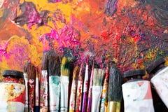 Pinceaux colorés sur une palette Photographie stock