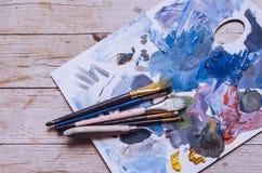Pinceaux d'artiste sur la palette en bois images libres de droits