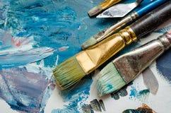 Pinceaux d'artiste sur la palette en bois photographie stock