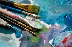 Pinceaux d'artiste sur la palette en bois photos libres de droits
