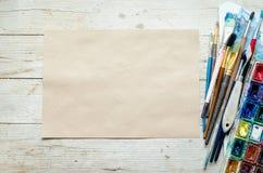 Pinceaux d'artiste sur le fond en bois photos stock