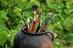 Pinceaux dans le vieux pot Photographie stock libre de droits