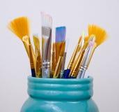 Pinceaux de l'artiste en Mason Jar Photo stock