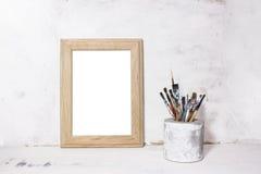 Pinceaux et cadre de photo Photo libre de droits