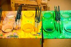 Pinceaux et couleurs Images stock