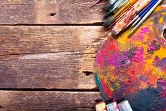 Pinceaux et palette colorés Photos stock