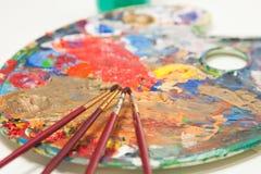 Pinceaux et palette du peintre Images libres de droits