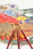 Pinceaux et palette du peintre Photos stock